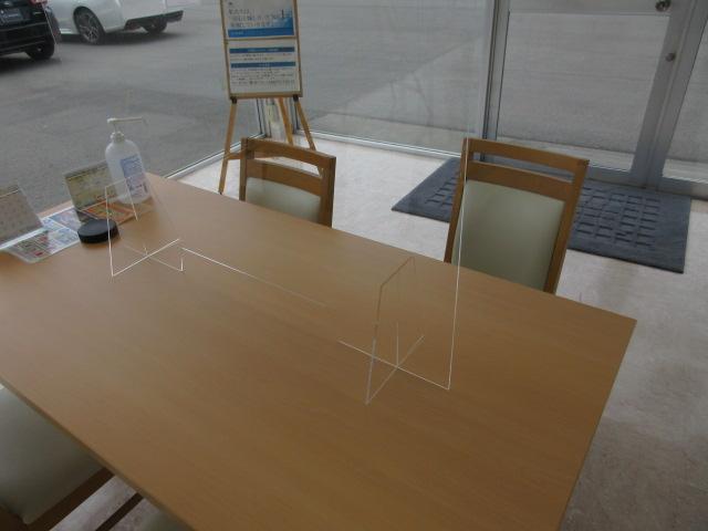 テーブルにアクリル板を設置しました。